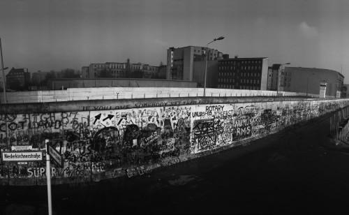 西ベルリン側から見たベルリンの壁。右奥に監視塔が見える。壁を越えて亡命しようとして命を落とした人は、少なくとも一三六人。最後の犠牲者は、八九年二月六日に壁を越えようとして射殺された二一歳の青年だった。八九年一月七日に撮影。
