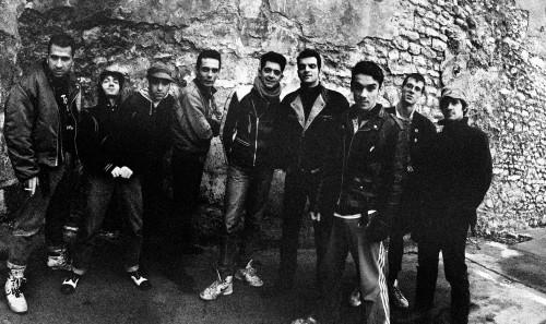 マヌ・チャオが率いていたバンド、マノ・ネグラ。モロッコのシャアビ(大衆歌謡)のカヴァーを含む代表作『Puta's Fever』をリリースした直後のツアーのとき。90年1月17日にロワール川沿いの街、オルレアンで撮影。