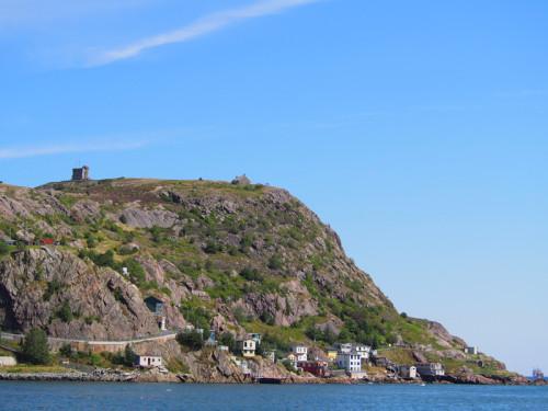 signal hill 世界で最初に海を越えて無線の受信に成功した場所で、島一番の観光名所です。 http://en.wikipedia.org/wiki/Signal_Hill,_St._John's